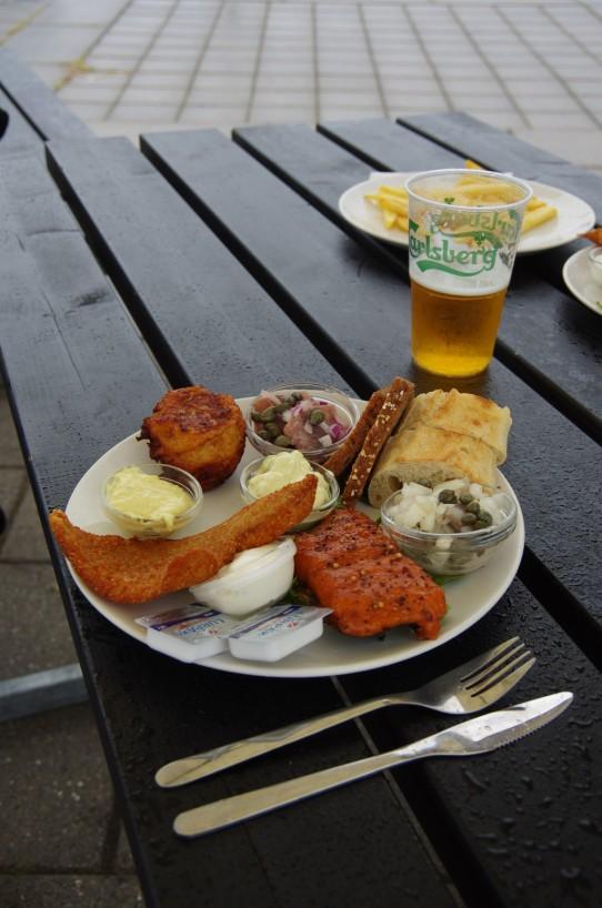 Fischteller. Optional: Pommes oder Brot. Nicht optional: Regen und Bier.
