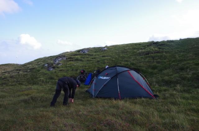 Stünde man direkt über dem Zelt auf dem Hügel, könnte man Tórshavn sehen.