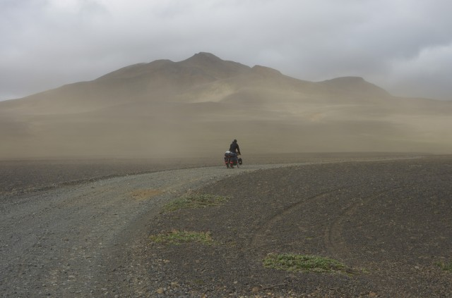 Philipp verschwindet im Sandsturm.