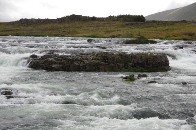 Kleiner Fluss am Straßenrand