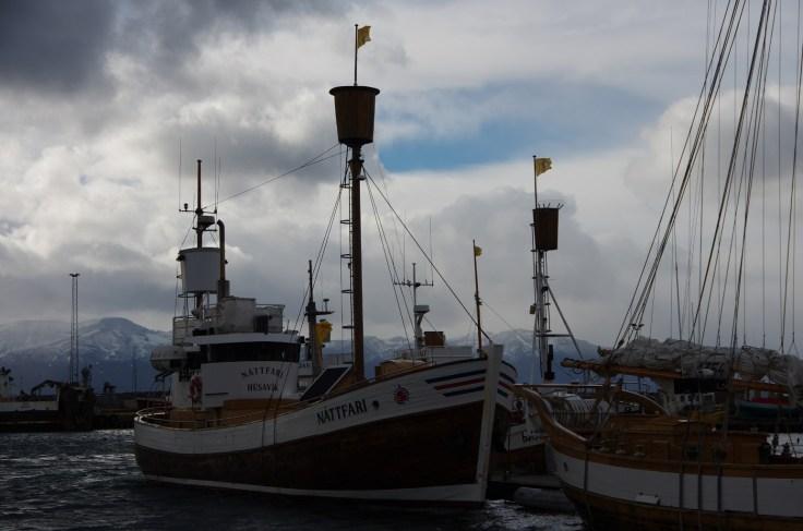 Schiffe im Hafen von Húsaík