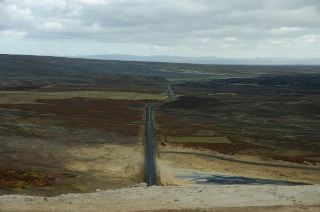 Rechts: Schlamm. Bildmitte, nach oben weg: unsere Straße