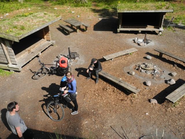 Wir haben uns den Luxus gegönnt, in getrennten Hütten zu schlafen. Links Jule und Jan, in der Mitte ist Philipps Domizil, ich stehe auf meiner Hütte.