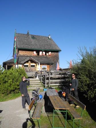Vor dem Peter-Wiechmann-Haus.