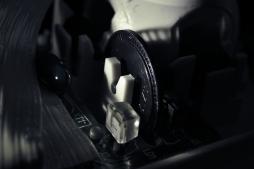 Das Lochrad für die Lichtschranke, eine der beiden Achsen, welche die Kugelbewegung aufnehmen.