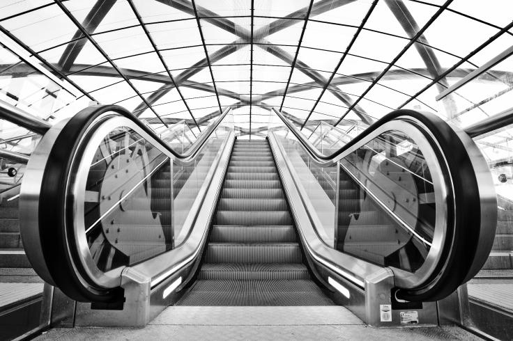 """Eine Rolltreppe in der U-Bahnstation """"Elbbrücken"""", von unten nach oben fotografiert."""