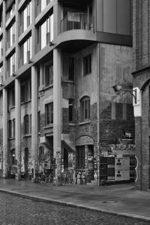 Bröckelnder Putz und Hochglanz-Fassade.